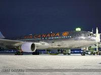 Канадский авиалайнер в аэропорту