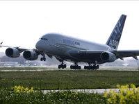 Пассажирский Airbus A380 приземляется