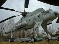 Военный вертолет на площадке для ремонта