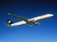 Самолёт Airbus A330 летит в небе