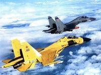 Желтый и серый истребители Су-30 в полёте