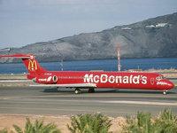 Самолёт McDonalds в аэропорту