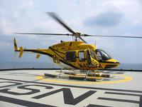 Жёлтый вертолет на взлетной площадке