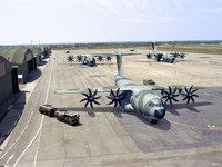 Боевые тяжелые самолёты на военном аэродроме