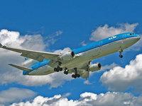 Аэробус на взлете в синее небо