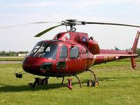 Красный вертолет на зеленой траве