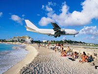 Авиалайнер совершает посадку над пляжем