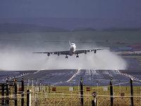 Самолёт на взлетной полосе взлетает