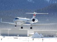 Частный серебристый самолёт на горнолыжном курорте