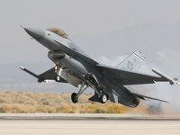F-16 Файтинг Фолкон на взлете