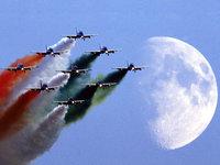Пилотажная группа летит на фоне луны