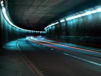 Освещенный туннель, машины, скорость