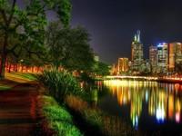 Городской парк и город вечером