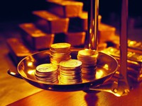 Золотые монеты на весах
