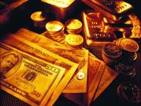 Деньги и золотые слитки с монетами