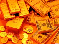 Пачки денег и золотые слитки с монетами
