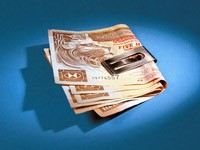 Бумажные деньги в зажиме