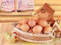 Яйца в корзине возле теремка