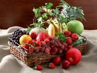 Разнообразные фрукты в корзине