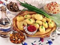 Картошка с салатами и графином