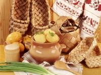 Молодая картошка в горшке и плетеный изделия