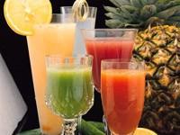 Соки в стаканах и ананас