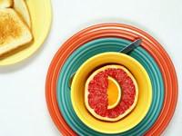 Разноцветные тарелки с цитрусовыми