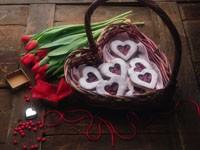 Корзина с сердечками и букет тюльпанов