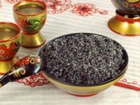 Черная икра в тарелке