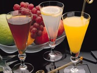 Три стакана с соком и фруктами