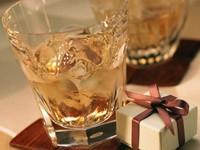 Два стакана с напитком и подарочком