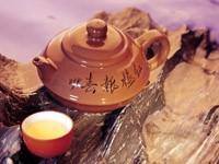 Керамический заварник и чашка с чаем