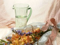 Букет из гладиолусов и графин с водой