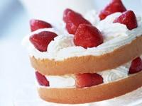 Пирожное с клубникой и сливками