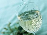 Бокал наполняется шампанским