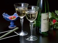 Бокалы с вином и бутылка