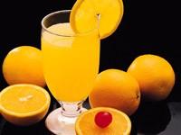 Стакан с апельсиновым соком и апельсины