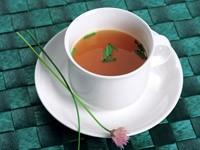 Чашка с чаем и цветочком на блюдце