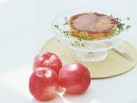 Яблоки и бутерброд в вазе