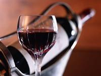 Наполненный бокал и бутылка вина
