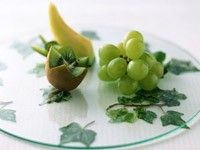 Киви, виноград на подносе