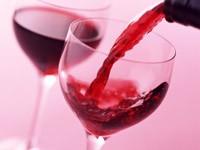 Наполняющийся вином бокал