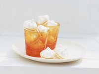 Безе в стаканах на блюдце