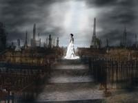 Женщина в белом на кладбище