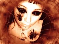 Лицо в паутине с пауками