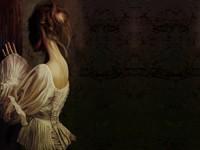 Девушка у темной стены