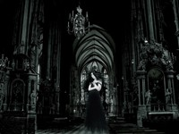 Готичная дама в зале с колоннами