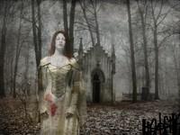 Призрак девушки у склепа в лесу