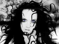 Готичная девушка с пышными волосами