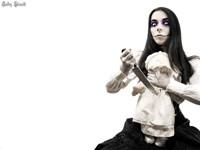 Безумная дама с куклой и ножом